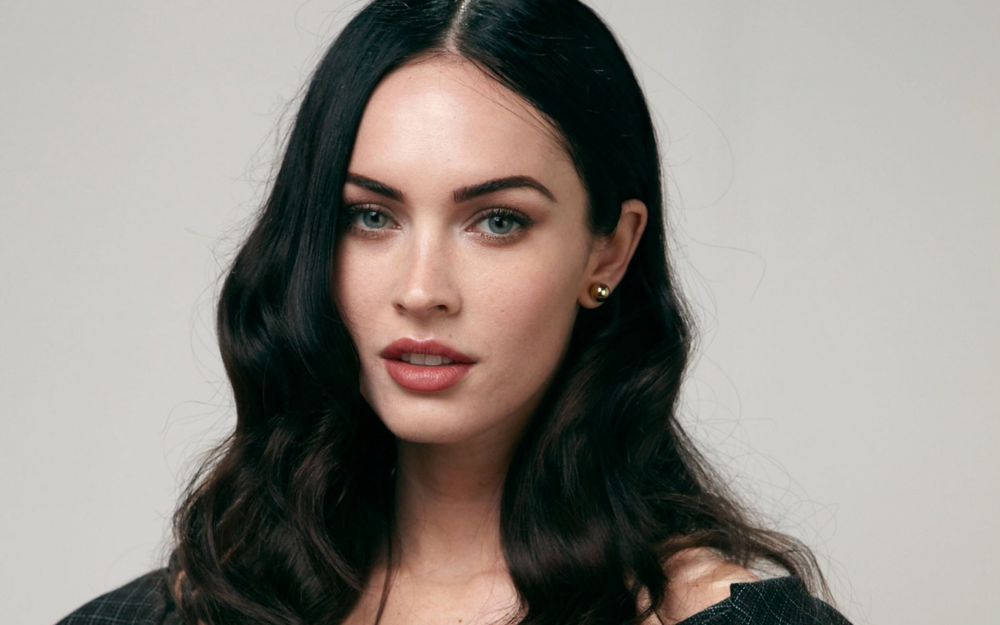 megan_fox_black_hair_makeup_actress_104379_3840x2400