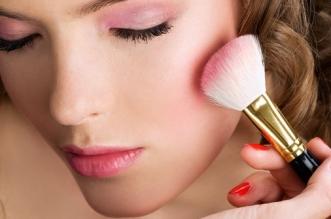 Hal yang Seharusnya dan Tidak Kamu Lakukan Berhubungan Dengan Aplikasi  Blush Selama Makeup ad24684f15